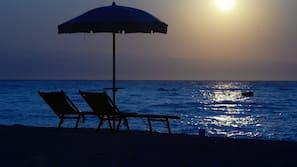 Privatstrand, Liegestühle, Sonnenschirme, Wasserski