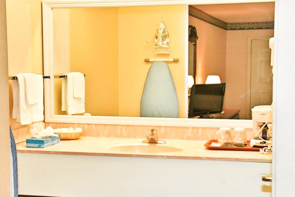 Bathroom, Hilltop Inn & Suites - North Stonington