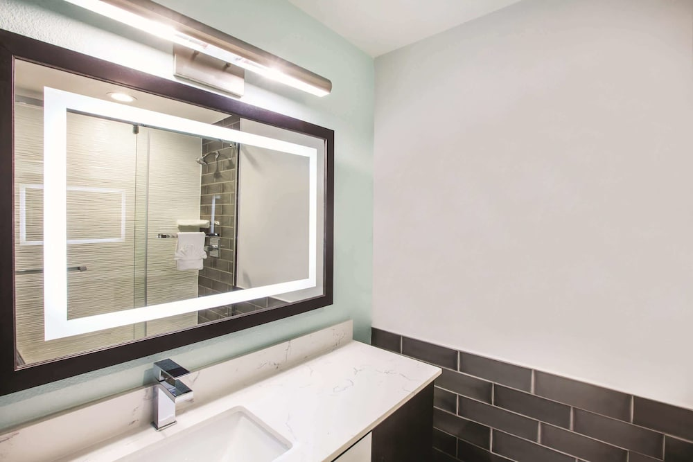 Bathroom, La Quinta Inn & Suites by Wyndham Dallas Downtown