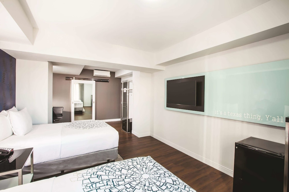 Room, La Quinta Inn & Suites by Wyndham Dallas Downtown