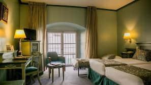Caja fuerte, escritorio, tabla de planchar con plancha y ropa de cama