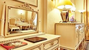 1 camera, minibar, una cassaforte in camera, una scrivania