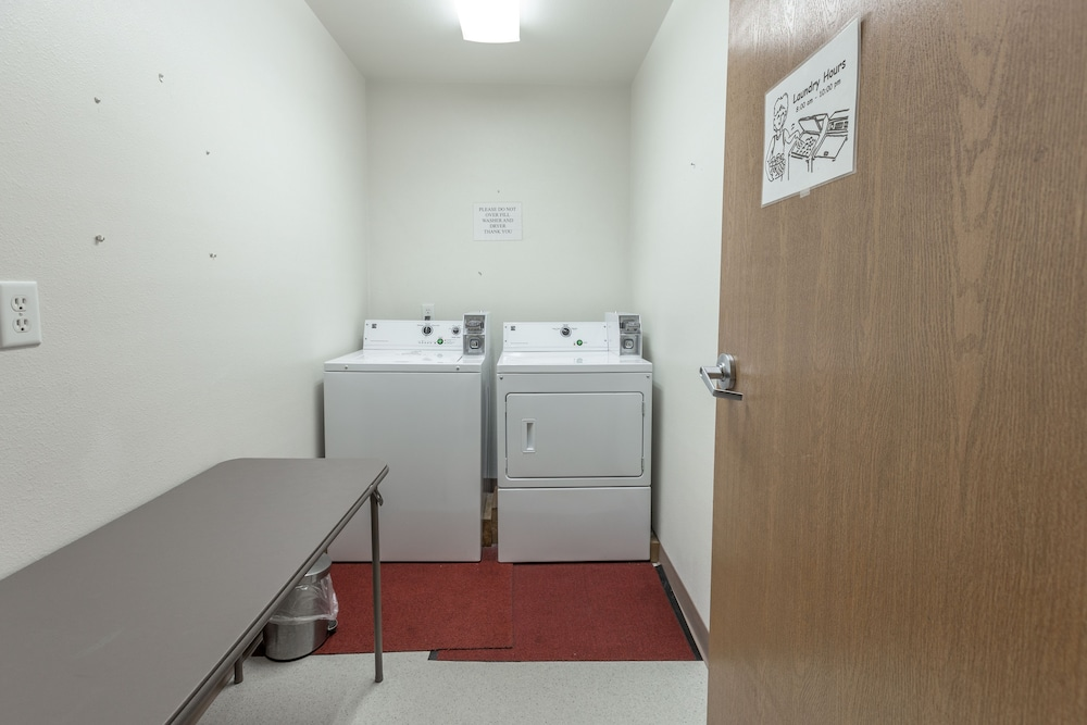 Laundry Room, Paradise Inn & Suites at Lincoln City
