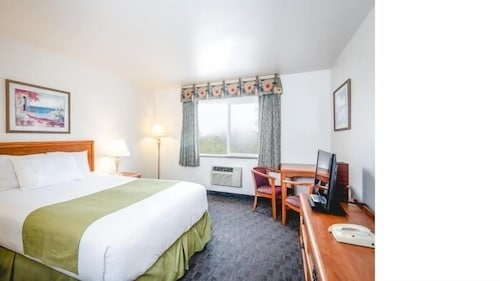 Room, Paradise Inn & Suites at Lincoln City