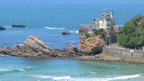 Ubicación cercana a la playa y surf