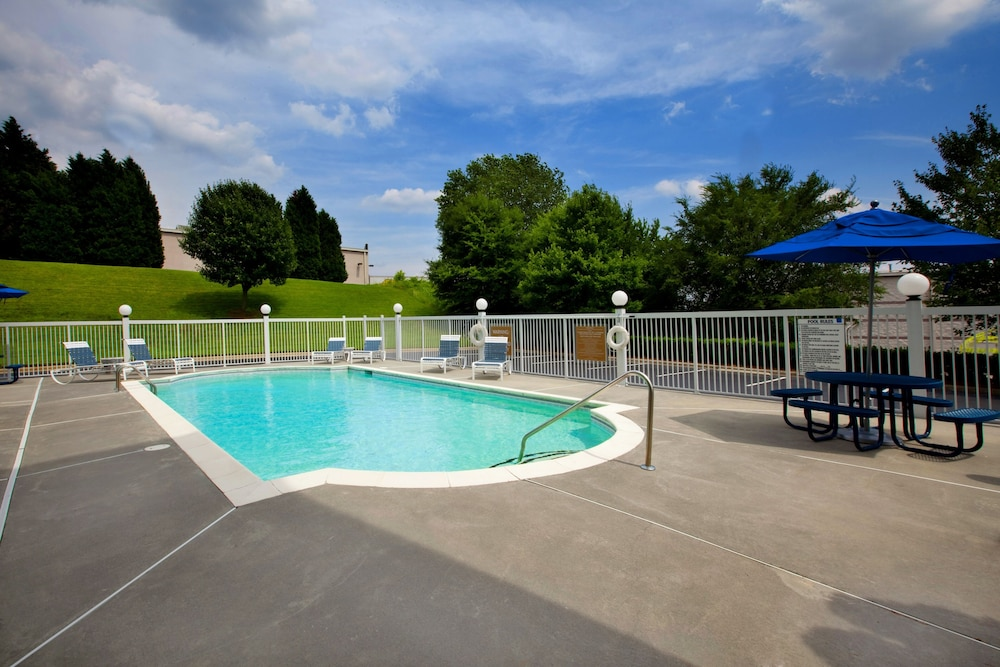 Outdoor Pool, Four Points by Sheraton Charlotte - Pineville