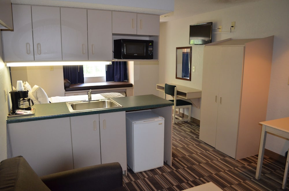 Private Kitchenette, Stay Express Inn & Suites Atlanta
