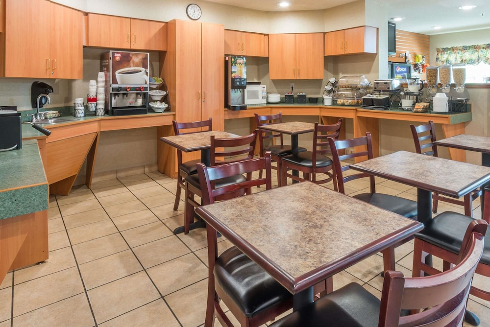 Breakfast Area, Microtel Inn & Suites by Wyndham Uncasville