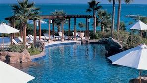실내 수영장, 야외 수영장, 07:00 ~ 22:00 오픈, 수영장 파라솔, 일광욕 의자