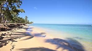 Een privéstrand, parasols, strandlakens, duiken