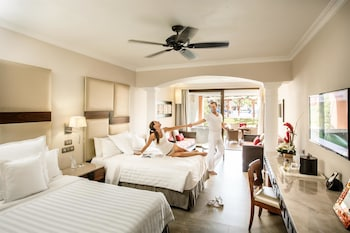Junior Suite, Jetted Tub, Oceanfront (Club Premium  New Room Type) - Guestroom