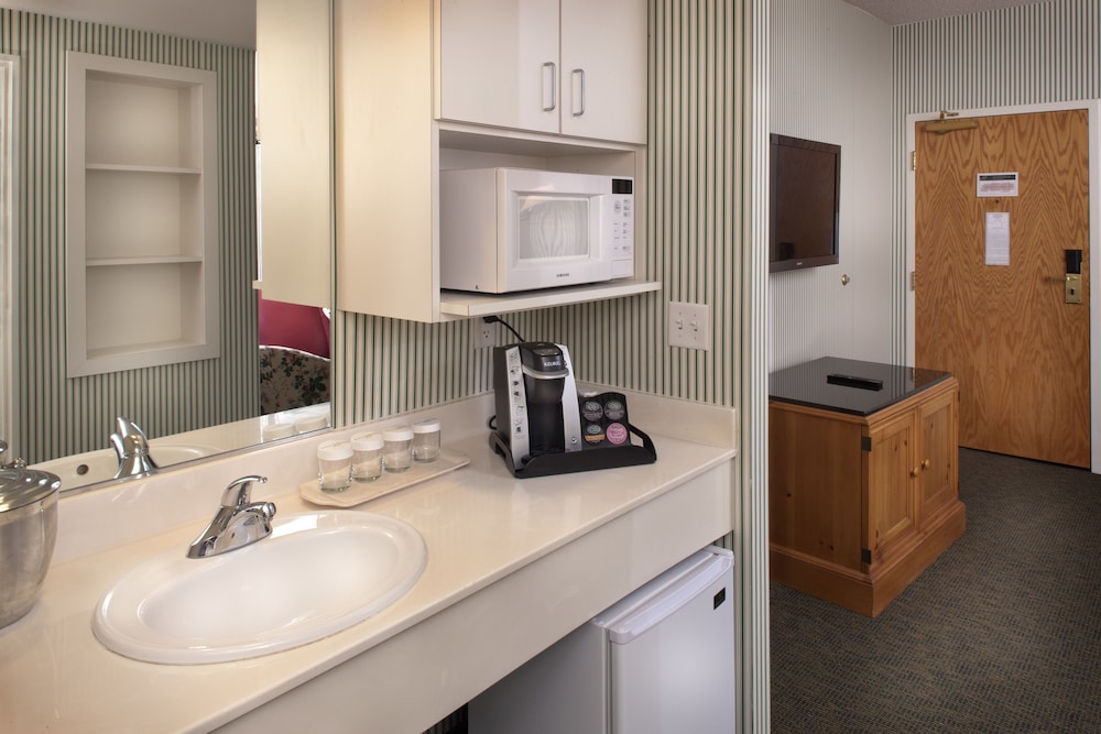 Private Kitchenette, Woodlands Hotel & Suites - A Colonial Williamsburg Hotel