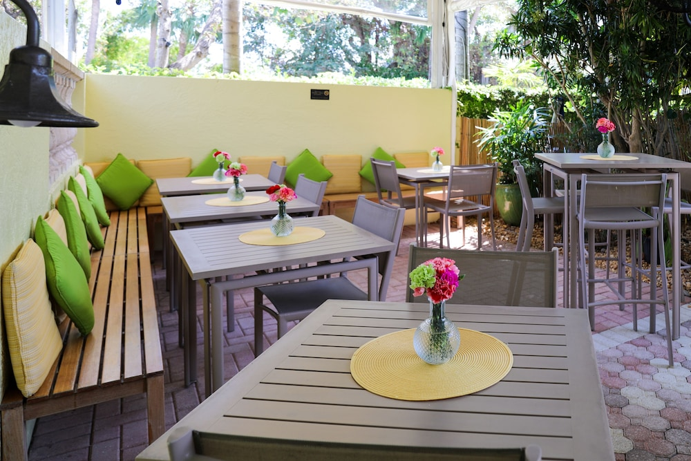Outdoor Dining, Almond Tree Inn
