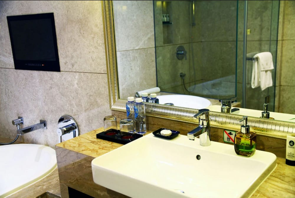 Bathroom, The Pavilion Hotel