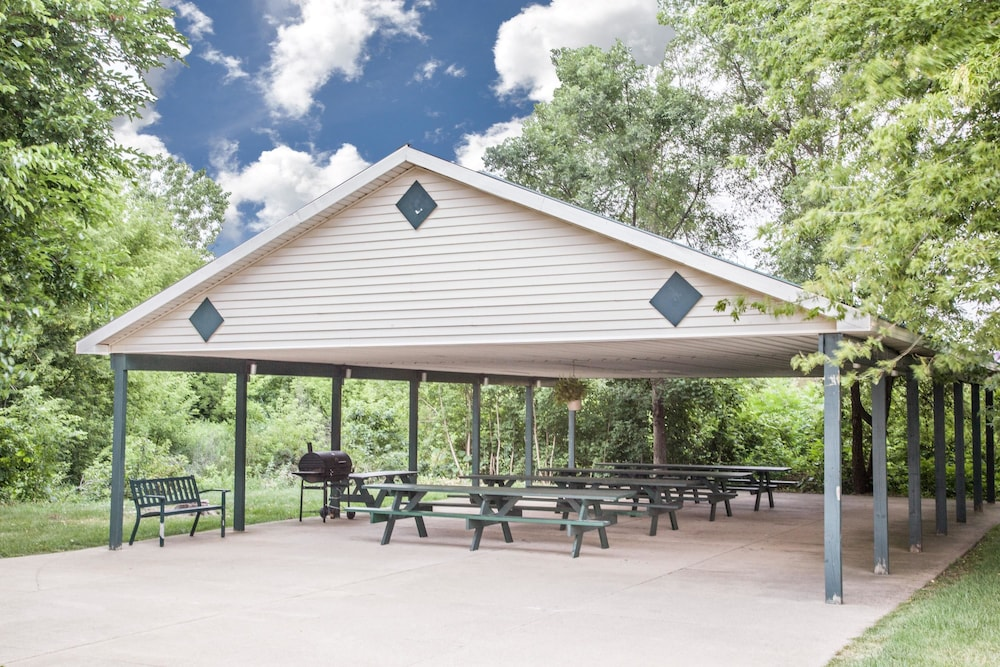 BBQ/Picnic Area, Super 8 by Wyndham Three Rivers