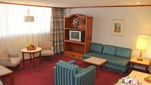 Caja fuerte, escritorio, cortinas opacas y tabla de planchar con plancha