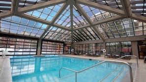 2 piscinas cubiertas, una piscina al aire libre, sombrillas, tumbonas