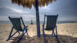 Ubicación cercana a la playa, cabañas de uso gratuito y toallas de playa