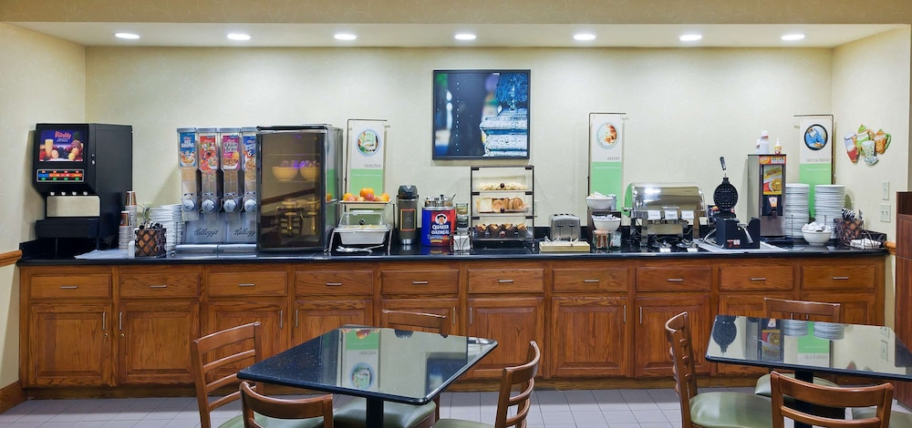 Breakfast Area, Country Inn & Suites by Radisson, Oklahoma City at Northwest Expressway, OK