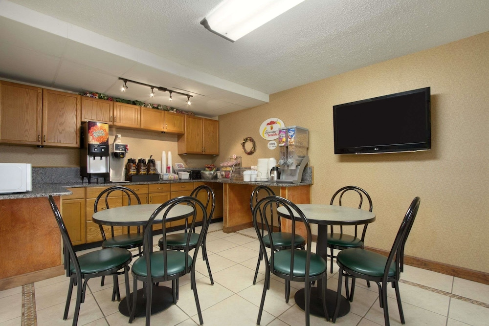 Breakfast Area, Super 8 by Wyndham Homewood Birmingham Area
