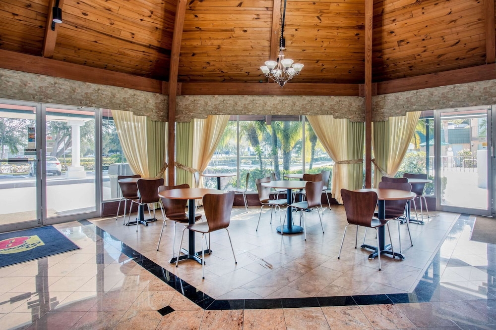 Breakfast Area, Super 8 by Wyndham North Palm Beach