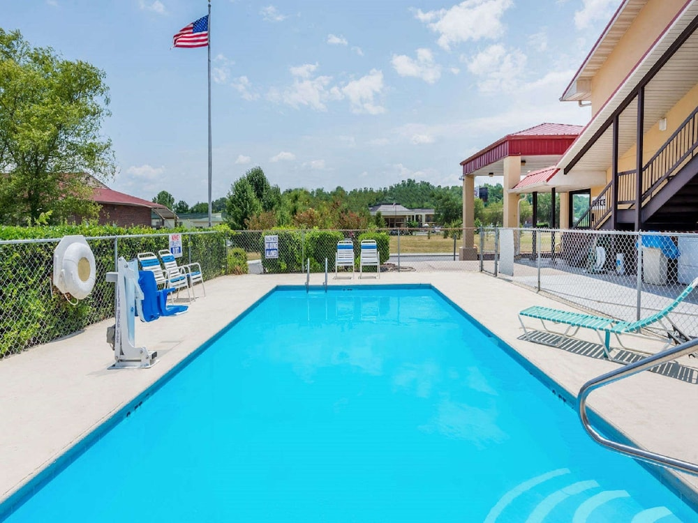Outdoor Pool, Super 8 by Wyndham Cleveland