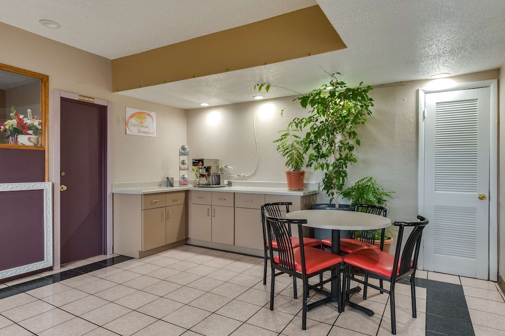 Private Kitchen, Travelers Inn Midwest City