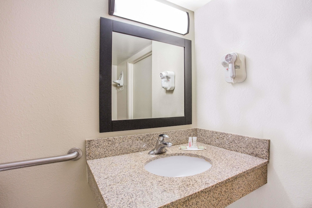 Bathroom, Super 8 by Wyndham Camp Springs/Andrews AFB DC Area