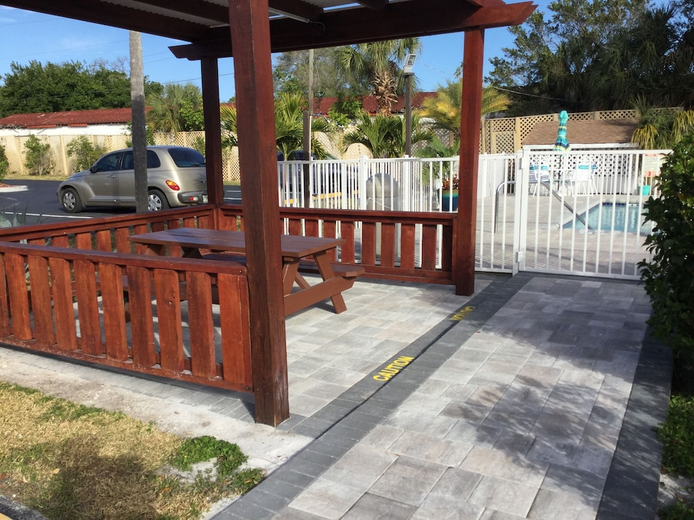BBQ/Picnic Area, Super 8 by Wyndham Sarasota Near Siesta Key