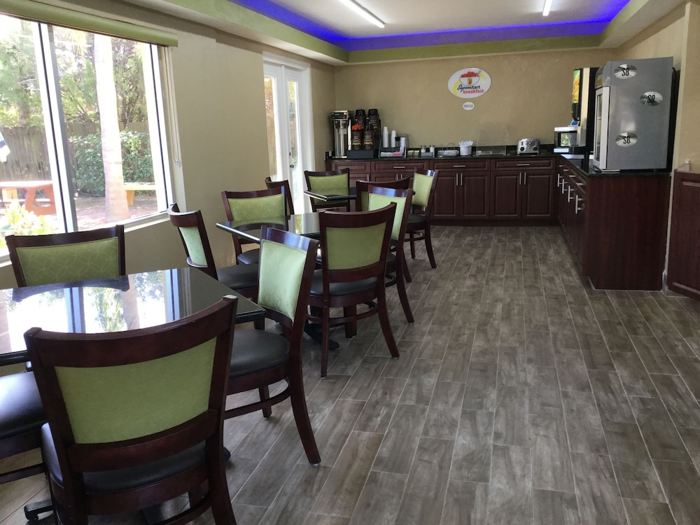 Breakfast Area, Super 8 by Wyndham Sarasota Near Siesta Key