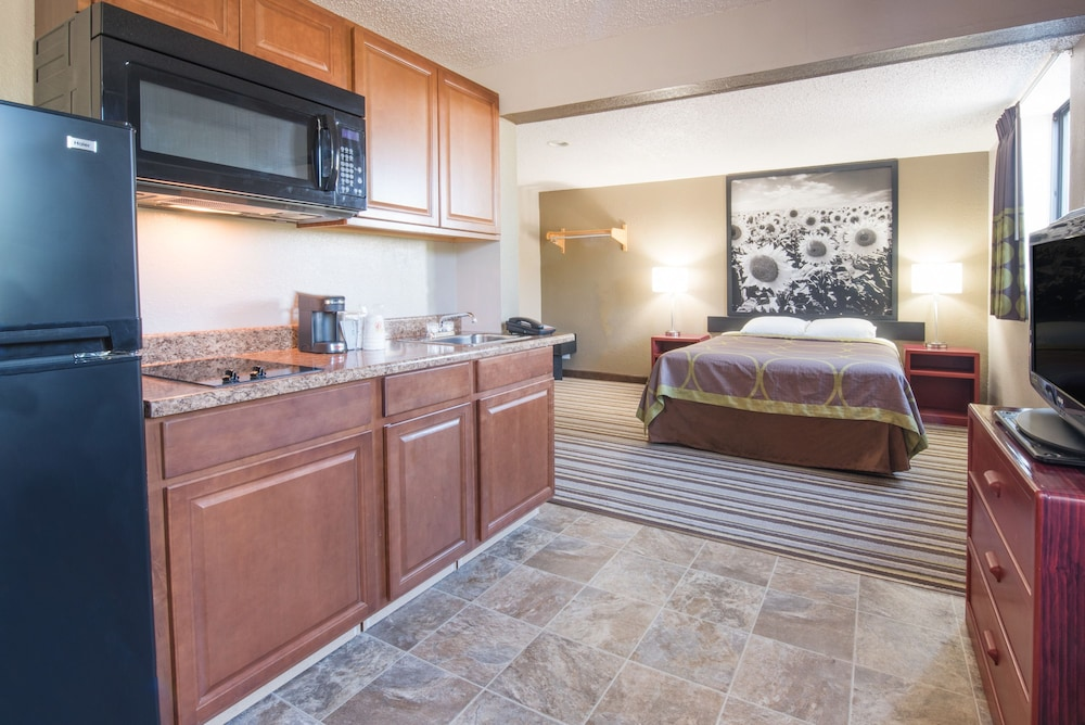 Private Kitchenette, Super 8 by Wyndham Jamestown