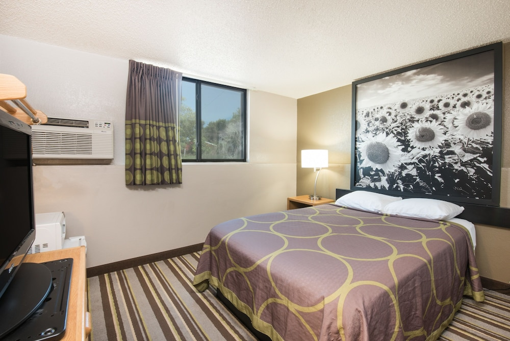 Room, Super 8 by Wyndham Jamestown