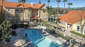 室外游泳池,08:00 至 22:00 开放,池畔遮阳伞,日光浴躺椅