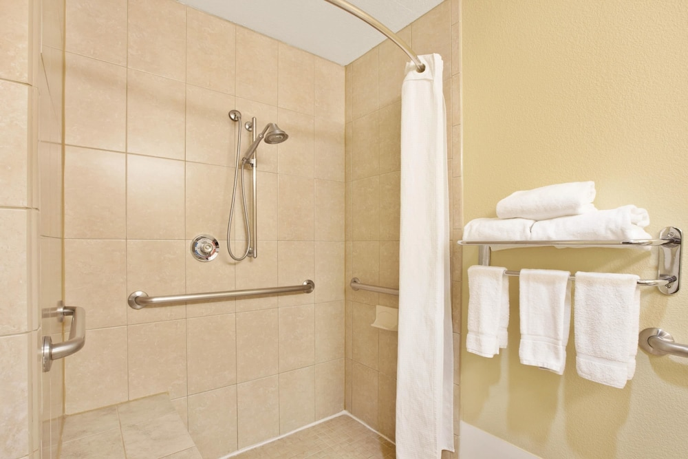Bathroom, Wingate by Wyndham Houston Bush Intercontinental Airport IAH