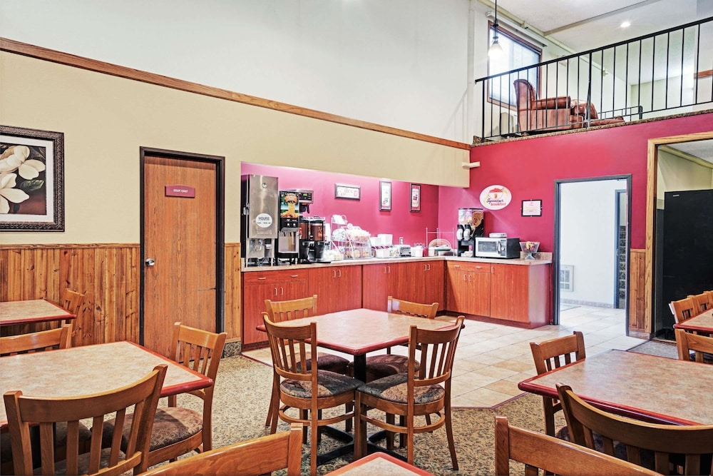 Breakfast Area, Super 8 by Wyndham Rogers Minnesota