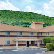 Super 8 by Wyndham Burnham/Lewistown