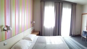Zimmersafe, individuell dekoriert, Schreibtisch, Verdunkelungsvorhänge
