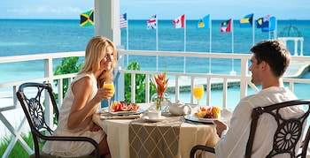 Beachfront Royal Butler Villa Suite - Outdoor Dining