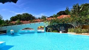 Een binnenzwembad, een buitenzwembad