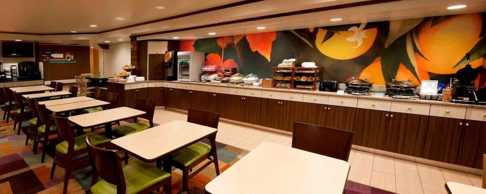 Breakfast Area, Fairfield Inn by Marriott JFK Airport