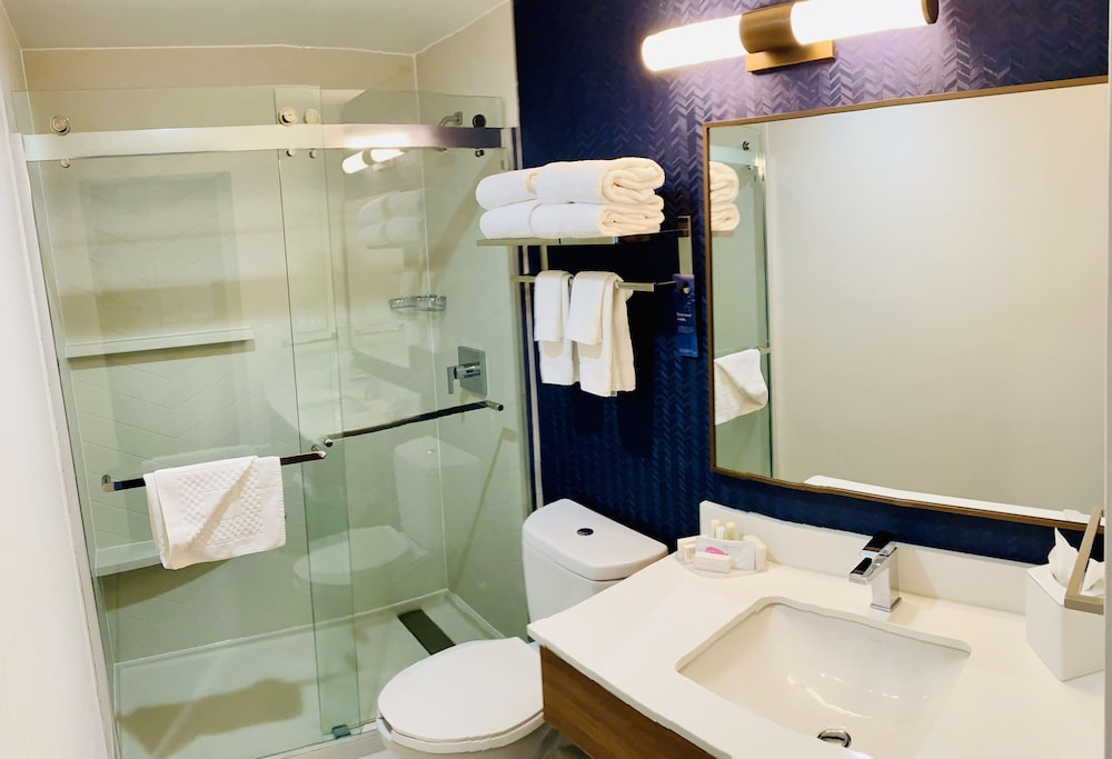 Bathroom, Fairfield Inn by Marriott JFK Airport