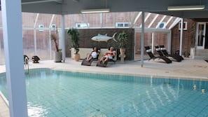 Indendørs pool, åben fra kl. 07.00 til kl. 21.00, liggestole