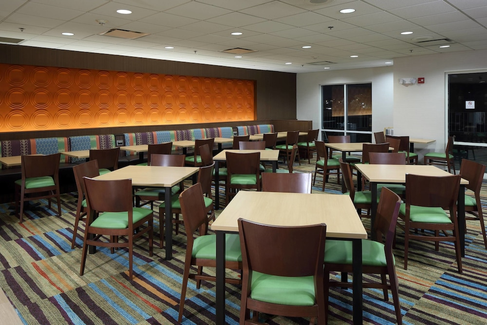 Restaurant, Fairfield Inn & Suites Newark Liberty International Airport