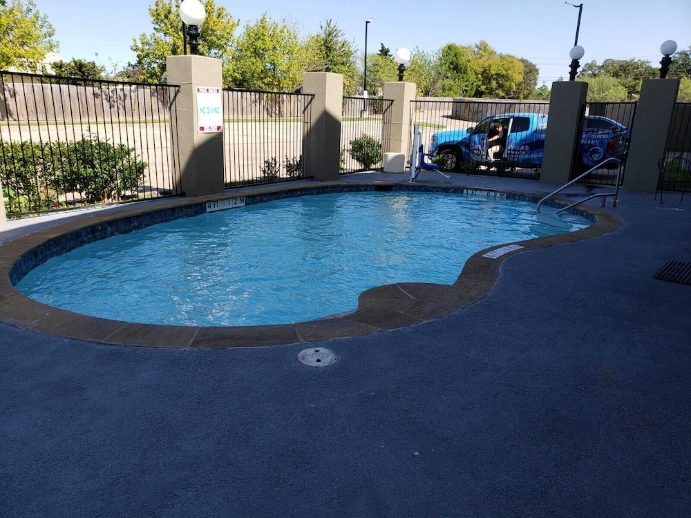 Outdoor Pool, Motel 6 Mesquite, TX - Balch Springs