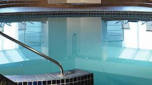 Una piscina cubierta (de 6:00 a 22:00), tumbonas