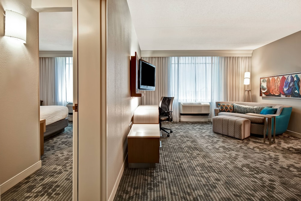 Room, Courtyard by Marriott Louisville Airport