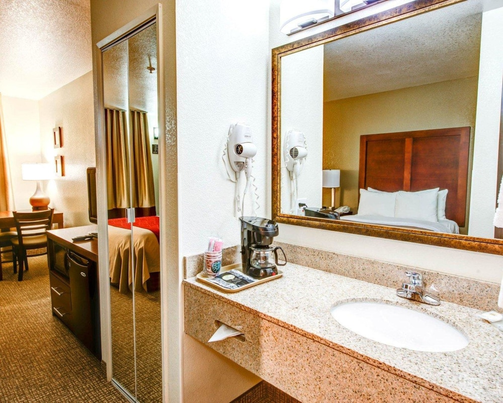 Bathroom, Comfort Inn Fontana