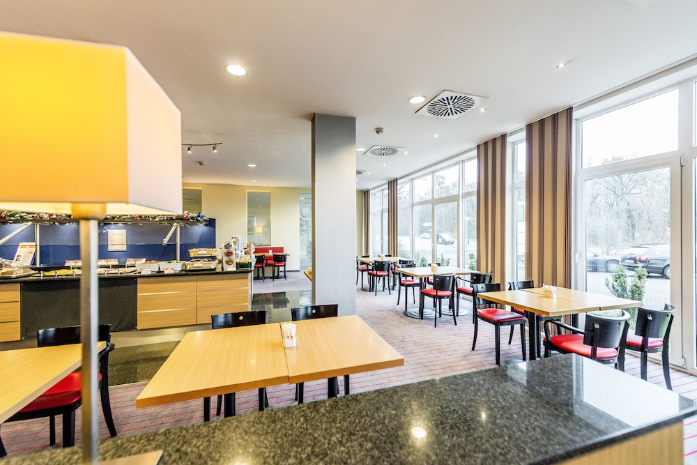 Breakfast Area, Holiday Inn Express Frankfurt Airport