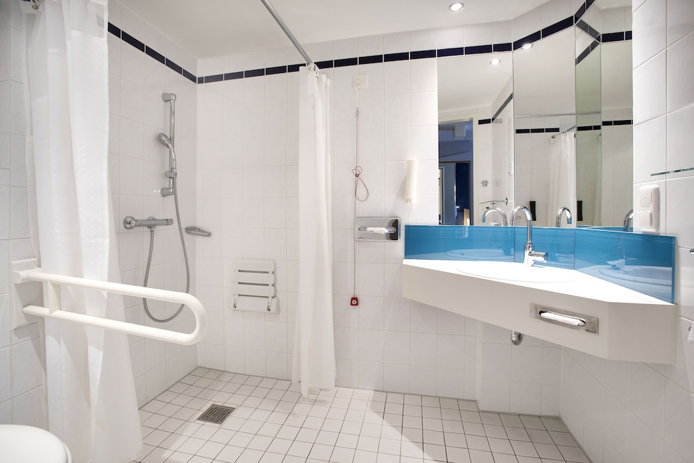 Bathroom, Holiday Inn Express Frankfurt Airport