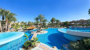 Una piscina cubierta, 5 piscinas al aire libre, sombrillas, tumbonas